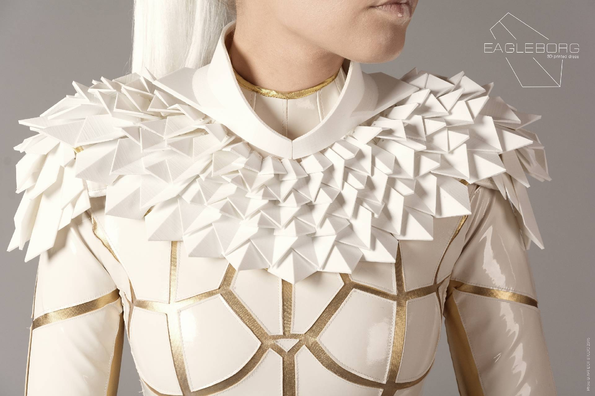 White and gold costume named Eagleborg made by laser cut leatherette and 3D printed shoulder piece by MIMO Space atelier